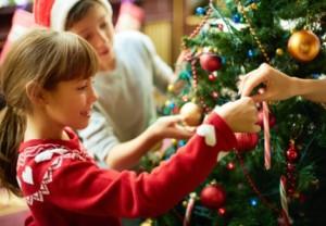 украшать елку